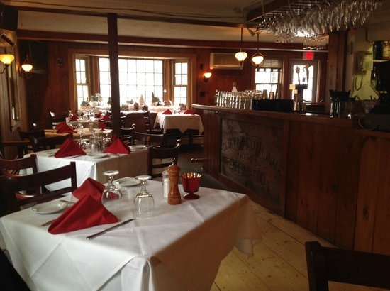 Old Yarmouth Inn: Casual dining in the bar area