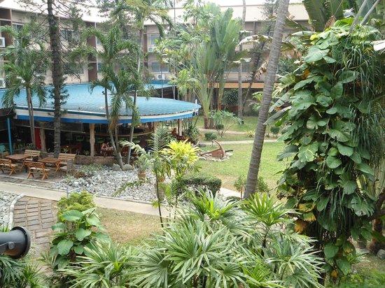 Basaya Beach Hotel & Resort: Вид из номера на кафе