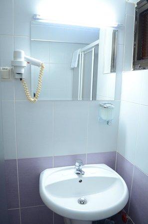 Grand Ons Hotel: bathroom