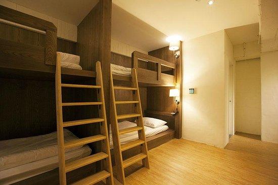 Mr Lobster's Secret Den Design Hostel: Large Family Room