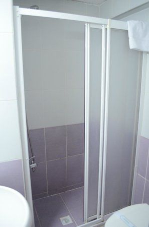 Grand Ons Hotel: shower