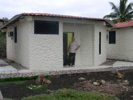 Hotel Fiesta: entrada a la habitación tipo cabaña que costa de dos dormitorios y baño