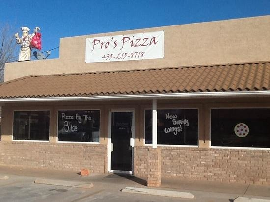 Pro's Pizza: Just next to the Lightfoots Gasstation in Ivins!