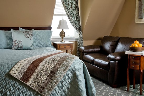 Kalamazoo House Bed and Breakfast: Room #10 has a contemporary feel and bamboo floors