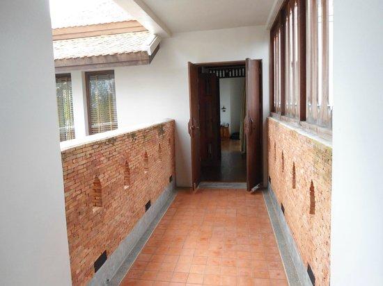 Royal Muang Samui Villas : Durchgang zum Schlafzimmer und Bad