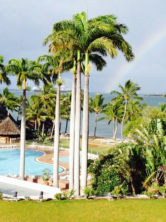 Le Meridien Noumea: 朝起きて、バルコニーで一服しようと外にでたら、偶然 虹と豪華客船が!!