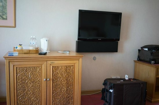 Riverside Majestic Hotel: they upgraded the tv but the lost the cabinet, makes it weird