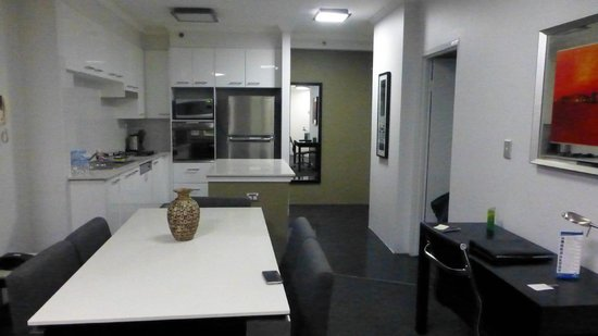 Meriton Suites Bondi Junction: Well equipped kitchen