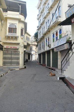 Hotel Aashiya Haveli: Narrow road to the hotel