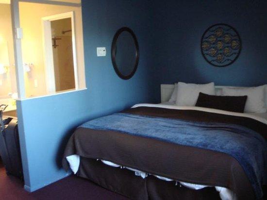 Lovers Point Inn: Room