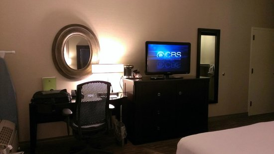 DoubleTree by Hilton Hotel Raleigh-Durham Airport at Research Triangle Park: Desk in bedroom