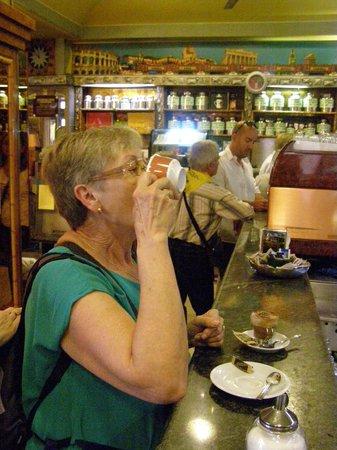 La Casa del Caffe Tazza d Oro: Tomando un Capuccino