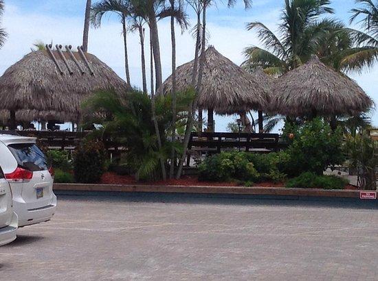 Outrigger Beach Resort: bar exterieur