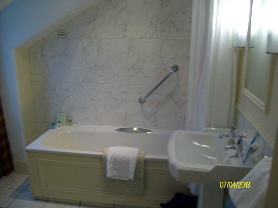 Royal Highland Hotel : good sized ensuite bathroom