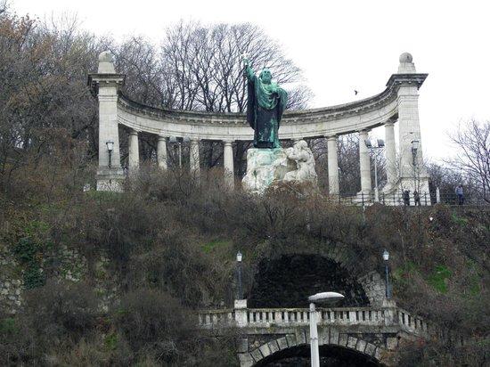Gellértberg und Freiheitsstatue (Gellért-hegy): statua di s.gellert