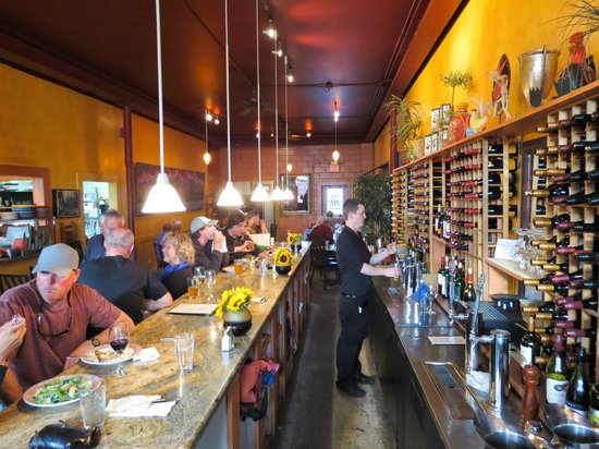 Fat Olives Restaurant : Bar & first seating area