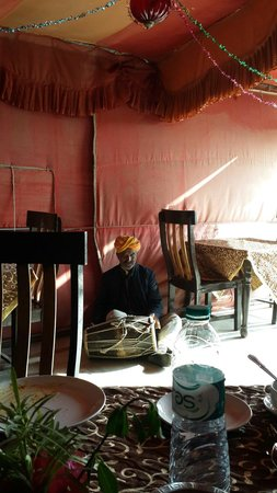 Hotel Nachana Haveli: One man band at lunch time