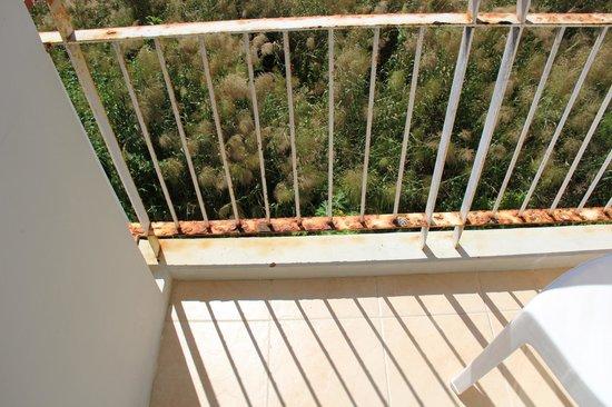 Baumancasa Karon Beach Resort: крохотный ржавый грязный балкон