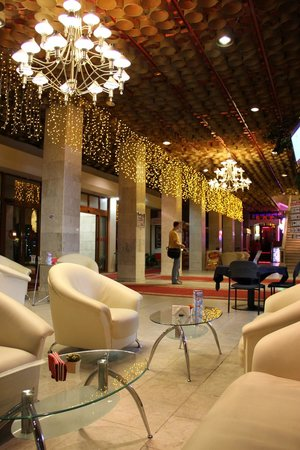 Hotel Ukraine : Reception area and bar