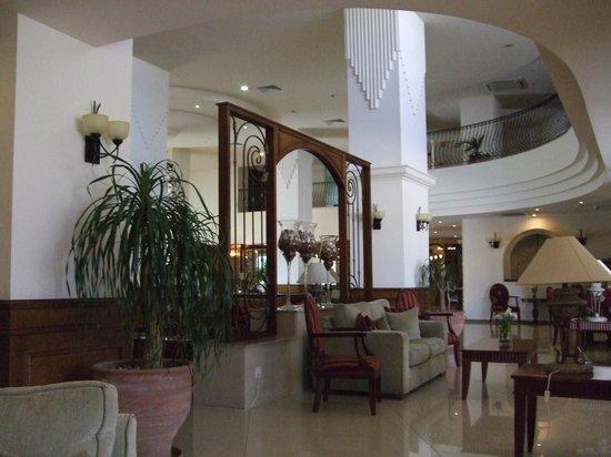 Aquamare Beach Hotel & Spa: Лобби