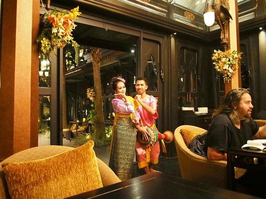 Shangri-La Hotel,Bangkok : Thai dancers in Salathip
