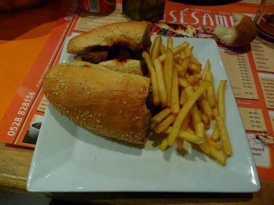 Le Sésame Snack Grill : doppio sandwich con carne di bue e patatine