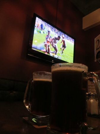 Pig and Whistle Historic Pub : Enjoying the game with a beer!