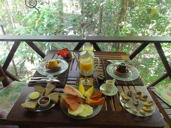 Pousada Anjali: E o café-da-manhã é maravilhoso! (e ainda tinha mais umas guloseimas que não saíram na foto!)