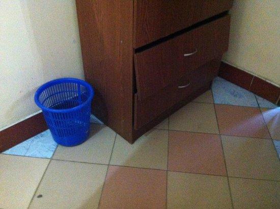 New Rolet Hotel : Broken furniture
