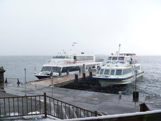 Biwakokisen : 琵琶湖汽船(左)とオーミマリン(右)が停泊中の竹生島港