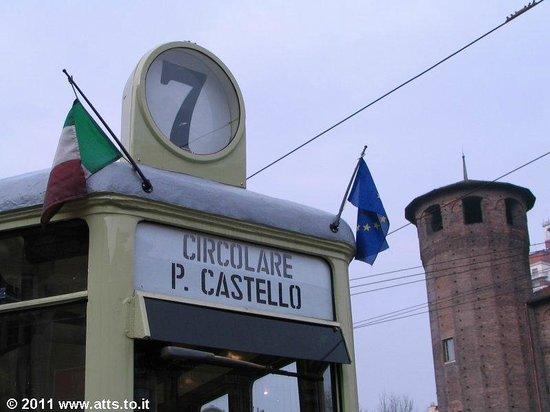 Linea 7 Storica : Una vettura serie 2500 al capolinea del 7 in Piazza Castello.