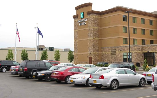 Embassy Suites by Hilton Anchorage: Parking lot & hotel exterior