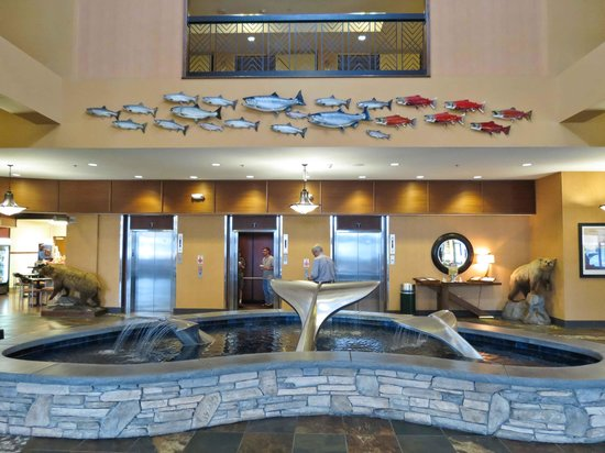 Embassy Suites by Hilton Anchorage: Main lobby decor