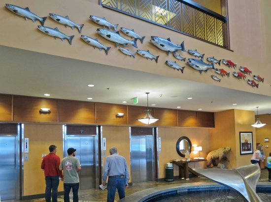 Embassy Suites by Hilton Anchorage: Elevator fish art