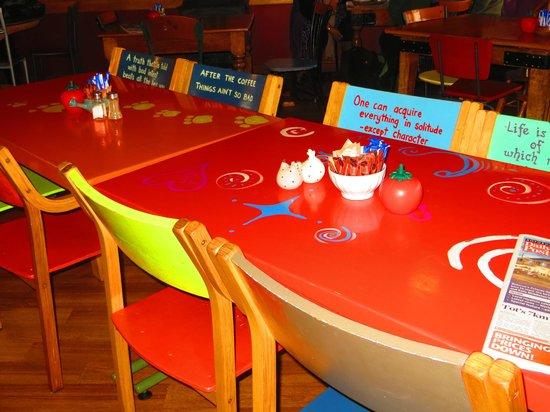 Fat Dog Cafe & Bar : Tables