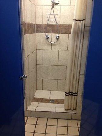 Memphis-Graceland RV Park & Campground: Small showers