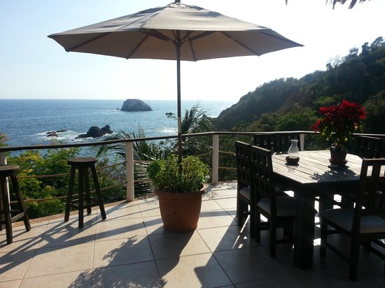 Casa Sol Zipolite: From the top floor common deck...a wonderful big comfortable hangout area