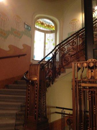 K+K Hotel Fenix: le scale, le vetrate liberty e il particolare ascensore