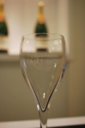 Paris Champagne Tour : Tattinger glass