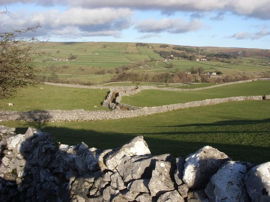 Old Hall Inn & Cottages: Looking down towards Grassington Hill