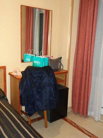 Hotel Mediodia: Mesita