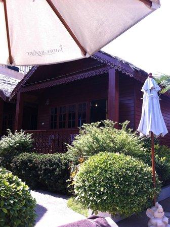 Jaidee Resort: Bungalow am Pool