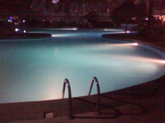 Isla Caribe Beach Hotel: Piscina de noche.