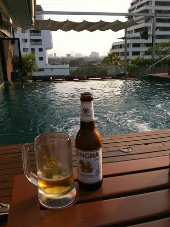 Galleria 10 Hotel Bangkok by Compass Hospitality: Apero auf der Pool-Terrasse