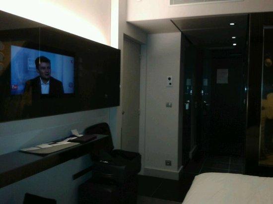 Le Meridien Etoile : Ecran plat TV + miroir (face au lit)