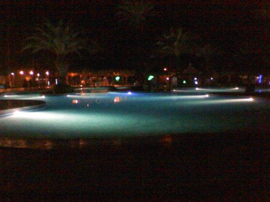 Isla Caribe Beach Hotel : Piscina de noche.