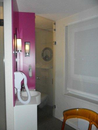 Ibis Styles Lille Centre Gare Beffroi : Evier, WC et fenêtre