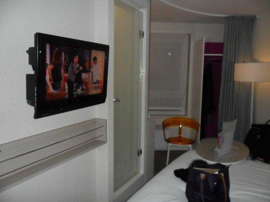 Ibis Styles Lille Centre Gare Beffroi : Télé et douche à côté