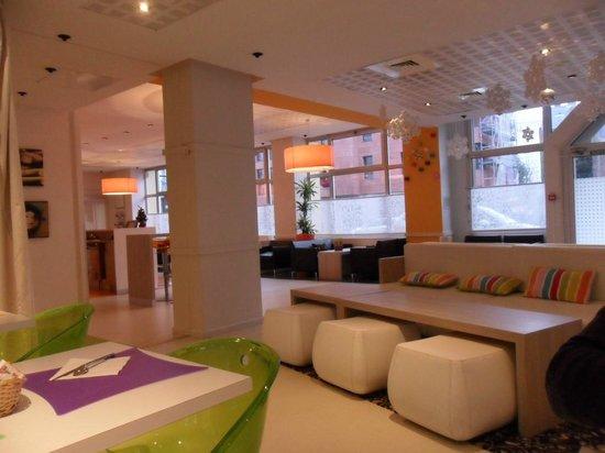 Ibis Styles Lille Centre Gare Beffroi: Espace salon et petit déjeuner