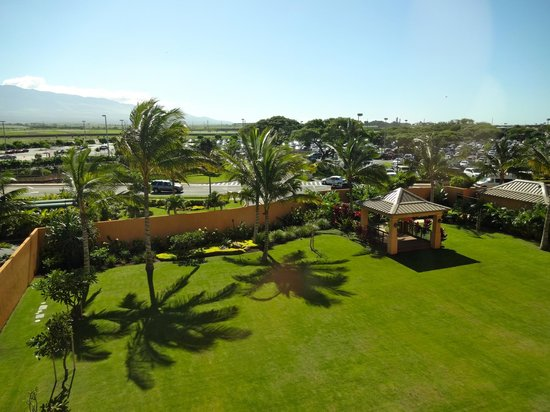 Courtyard Maui Kahului Airport: back of hotel from the room